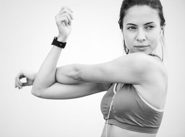 Kaukaska kobieta rozciąga przed ćwiczeniem Darmowe Zdjęcia