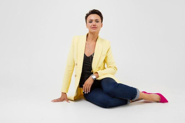 Kaukaska Kobieta W żółtym Jesiennym Płaszczu Ono Uśmiecha Się Premium Zdjęcia
