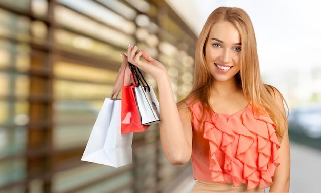 Kaukaska Szczęśliwa Młoda Kobieta Z Torba Na Zakupy Premium Zdjęcia