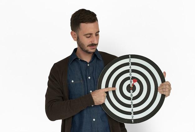 Kaukaski człowiek bullseye dart board smiling Premium Zdjęcia