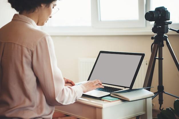 Kaukaski Kobieta Z Okularami Pracy Na Laptopie Siedząc Przed Kamerą Podczas Połączenia Wideo Premium Zdjęcia