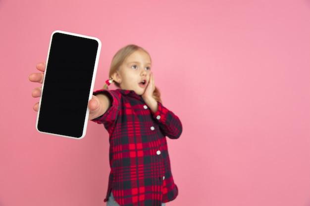 Kaukaski Mała Dziewczynka Portret Na Różowym Studiu Darmowe Zdjęcia