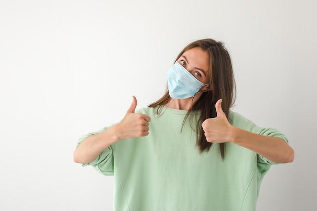 Kaukaski Młoda Kobieta Z Jednorazową Maską Na Twarz Premium Zdjęcia