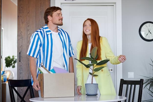 Kaukaski Para Przeprowadzi Się Do Nowego Mieszkania Premium Zdjęcia