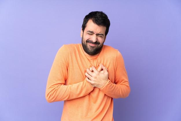 Kaukaski Przystojny Mężczyzna Nad Odosobnionymi Purpurami Ma Ból W Sercu Premium Zdjęcia