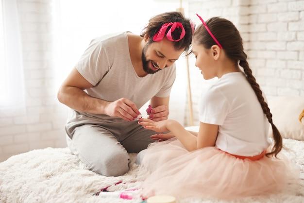 Kaukaski Rodzinny Weekendowy Manicure Do Sypialni. Premium Zdjęcia