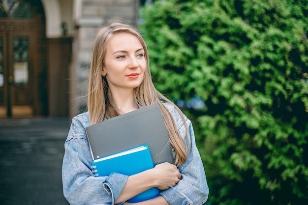 Kaukaski Studentka Stoi Przed Uniwersytetem Premium Zdjęcia
