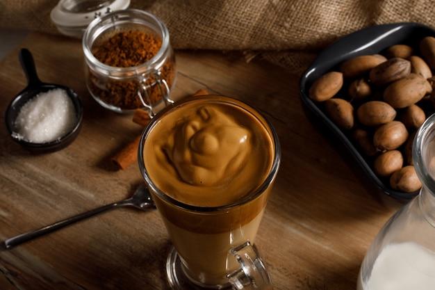 Kawa Dalgona Na Szklanym Kubku Premium Zdjęcia