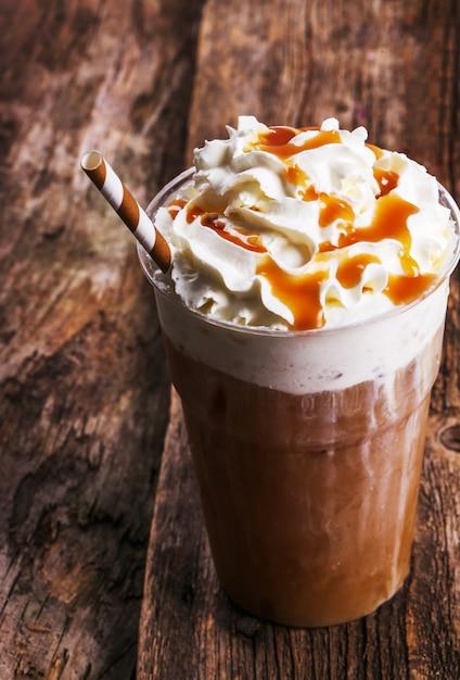 Kawa Frappe Na Drewnianym Stole Darmowe Zdjęcia