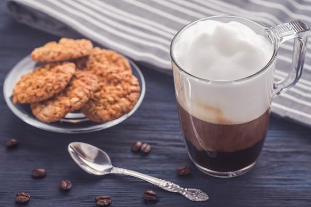 Kawa Latte Na Drewnianym Stole. Zdjęcie Stonowane Premium Zdjęcia