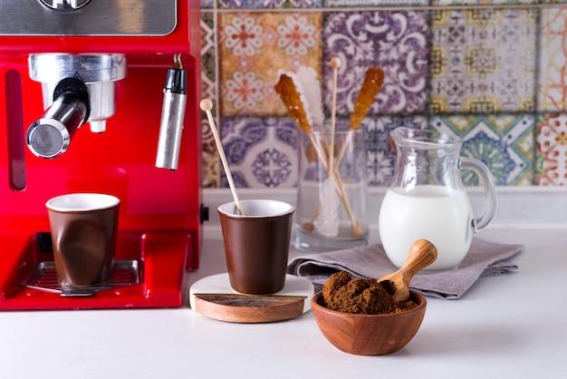 Kawa Mielona W Drewnianej Misce, Ekspres Do Kawy Na Blacie Domu Premium Zdjęcia
