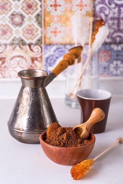 Kawa Mielona W Drewnianej Misce Z Brązowym Patyczkiem Cukru Premium Zdjęcia