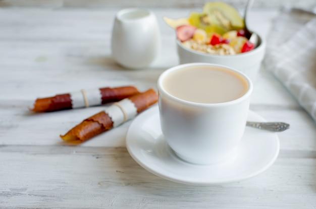 Kawa, Muesli Z Owocami, Frytki Na śniadanie Premium Zdjęcia