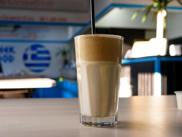 Kawa na stoliku w restauracji Premium Zdjęcia