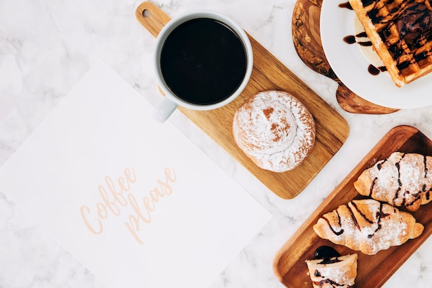 Kawa Proszę O Tekst Na Papierze Ze Zdrowym śniadaniem I Filiżanką Kawy Na Tle Marmuru Darmowe Zdjęcia
