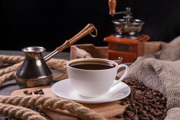 Kawa w białej filiżance na stole Premium Zdjęcia
