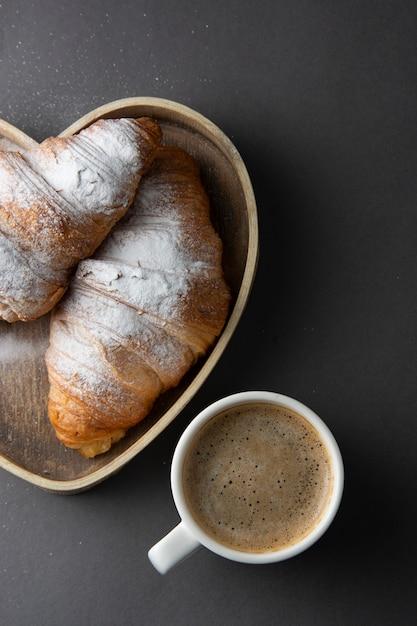 Kawa Z Rogalikiem W Drewnianym Pudełku W Kształcie Serca. Premium Zdjęcia