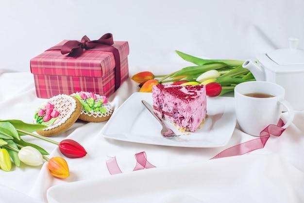 Kawałek Ciasta Z Filiżanką Kawy I Tulipany Premium Zdjęcia