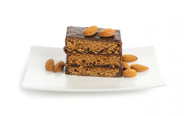 Kawałek Deseru Brownie Z Migdałami Na Białym Tle. Premium Zdjęcia