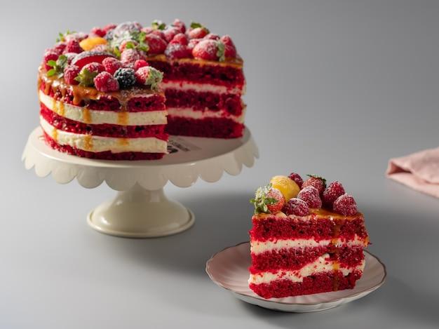Kawałek Pysznego Czerwonego Aksamitnego Ciasta Premium Zdjęcia