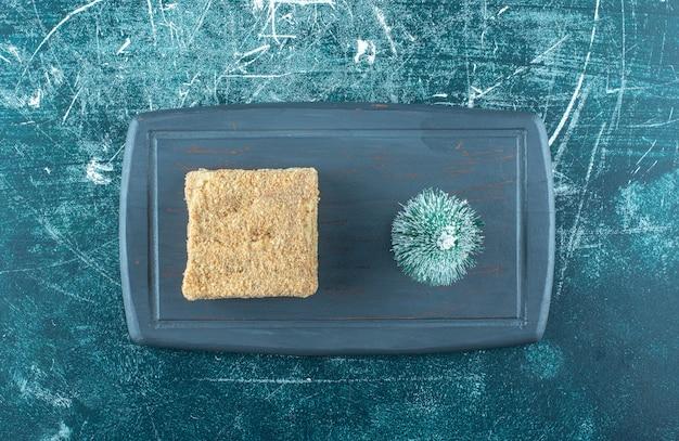 Kawałek Smacznego Ciasta Z Małą Choinką Na Ciemnym Talerzu. Wysokiej Jakości Zdjęcie Darmowe Zdjęcia