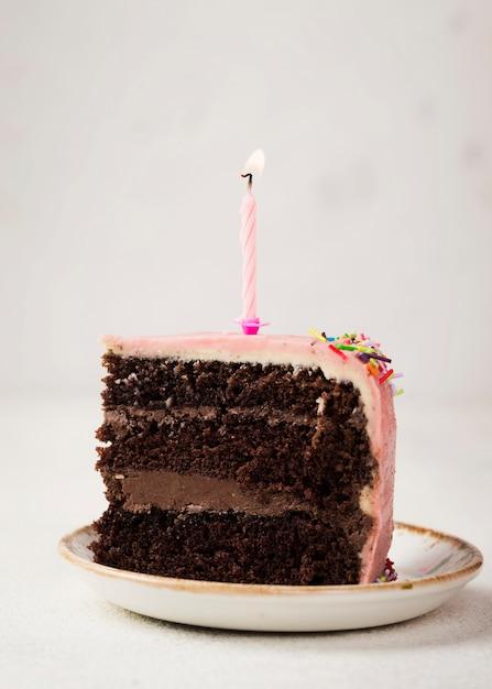 Kawałek Smacznego Ciasta Ze świecą Na Górze Darmowe Zdjęcia