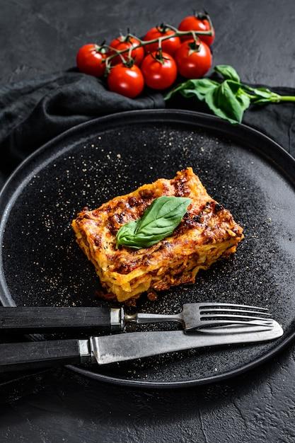 Kawałek Smacznej Gorącej Lasagne. Tradycyjne Włoskie Jedzenie Premium Zdjęcia