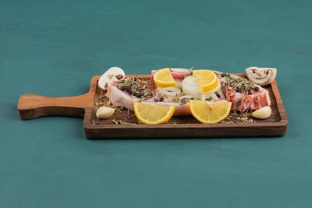 Kawałek Surowego Mięsa Z Warzywami Na Desce. Darmowe Zdjęcia