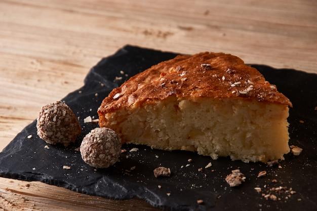 Kawałek Szarlotki Z Tartą Czekoladą W Pobliżu Czekoladowych Cukierków Truflowych. Premium Zdjęcia