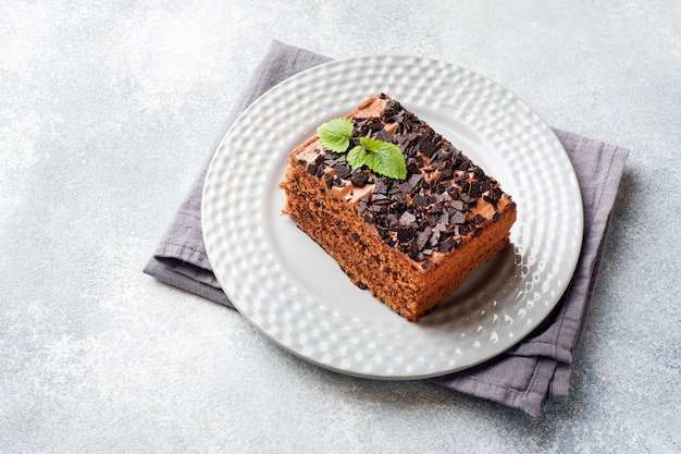 Kawałek Trufli Tort Z Czekoladą Na Szarym Betonowym Tle. Skopiuj Miejsce Premium Zdjęcia