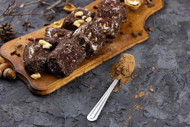 Kawałki Czekoladowych Słodyczy Z Kakao, Umieść Pod Napisem. Premium Zdjęcia