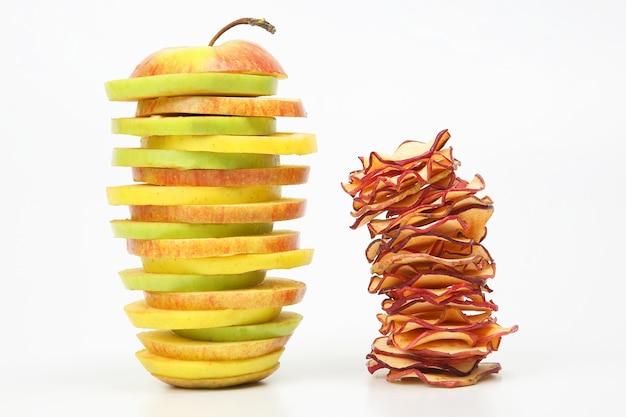 Kawałki Jabłek świeżych I Suszonych Ułożone W Piramidę Na Białym Tle Premium Zdjęcia