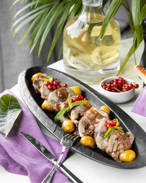 Kawałki mięsa z piklami i jagodami Darmowe Zdjęcia