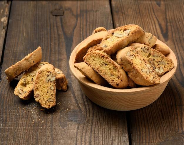 Kawałki Pieczonych Włoskich Ciasteczek Bożonarodzeniowych Biscotti, Widok Z Góry Premium Zdjęcia