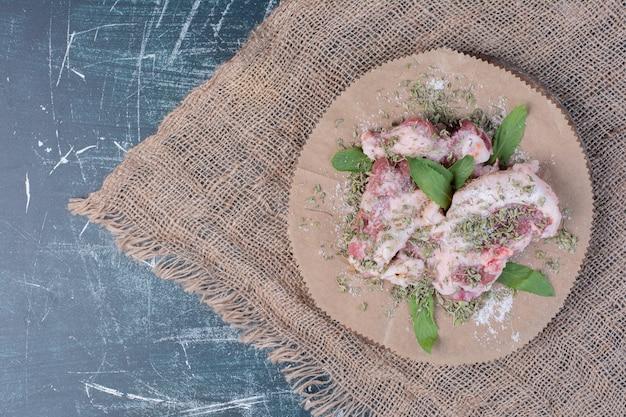 Kawałki Surowego Mięsa Ze świeżymi I Suszonymi Ziołami Na Niebiesko. Darmowe Zdjęcia