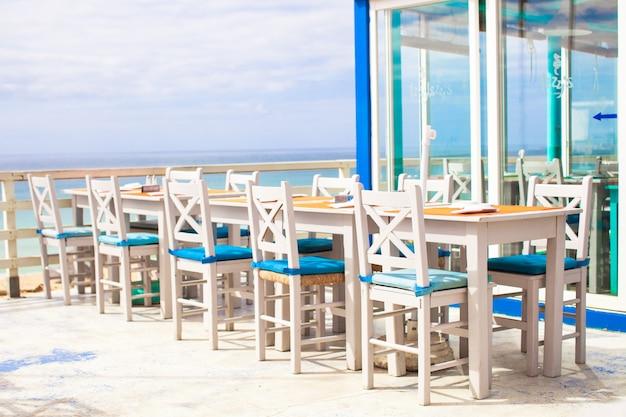 Kawiarnia na świeżym powietrzu na plaży na wybrzeżu atlantyku Premium Zdjęcia