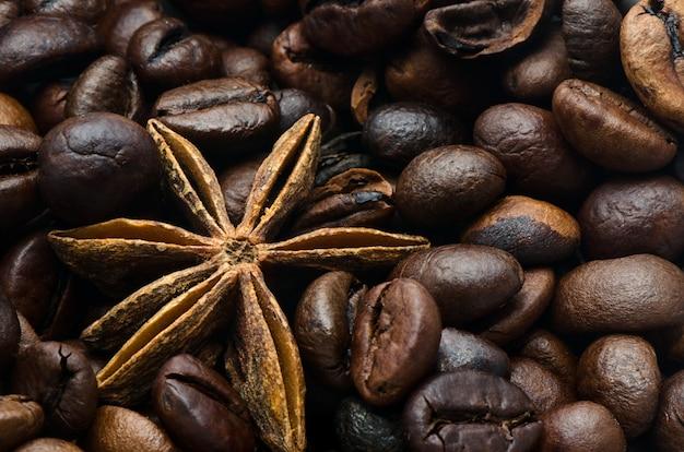 Kawowe fasole i anyż gwiazda, zbliżenie Premium Zdjęcia
