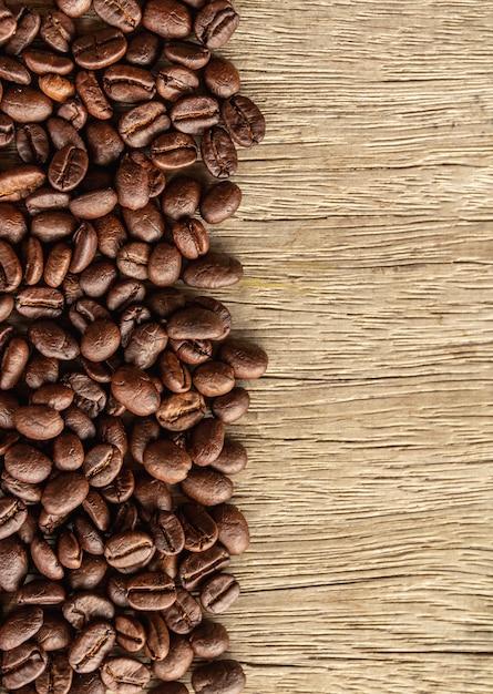 Kawowe Fasole Na Starym Drewnie Premium Zdjęcia
