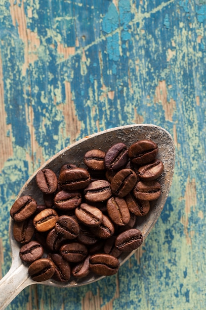 Kawowe fasole w łyżce na drewnianym Premium Zdjęcia