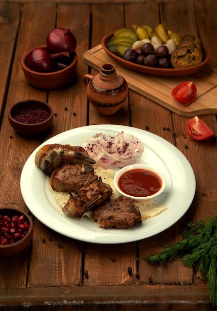 Kebab Tikka Podawany Ze świeżymi Krążkami Cebuli I Sosem Pomidorowym Darmowe Zdjęcia
