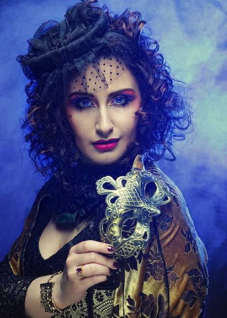 Kędzierzawa Kobieta Z Maską Premium Zdjęcia