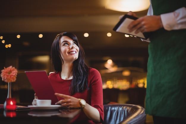 Kelner Przyjmuje Zamówienia Od Kobiety Darmowe Zdjęcia