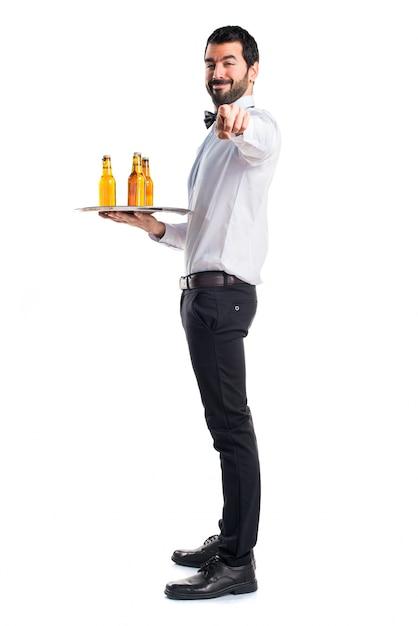 Kelner Z Butelkami Piwa Na Tacy Skierowanej Do Przodu Darmowe Zdjęcia