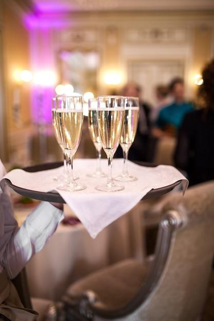 Kelner z kieliszkami szampana Premium Zdjęcia