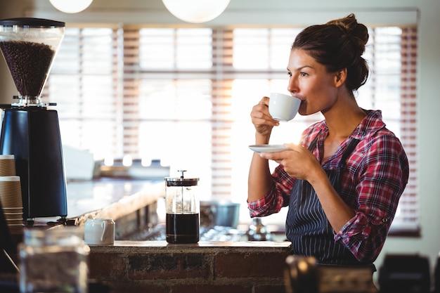 Kelnerka Pije Kawę Premium Zdjęcia