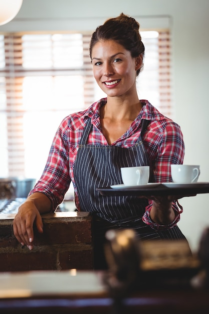 Kelnerka Trzyma Kawę Premium Zdjęcia