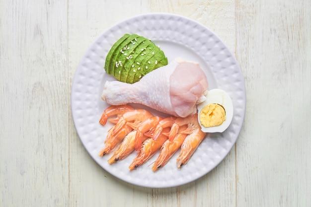 Keto, Dieta Ketogeniczna, Niska Zawartość Węglowodanów, Wysoka Zawartość Tłuszczu, Zdrowe Jedzenie Na Talerzu. Widok Z Góry Premium Zdjęcia