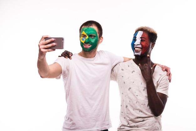 Kibice Kibiców Z Pomalowaną Twarzą Reprezentacji Francji I Brazylii Robią Selfie Na Białym Tle Darmowe Zdjęcia