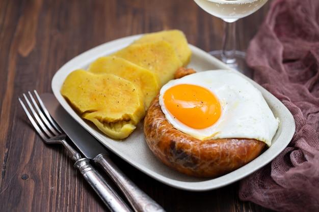 Kiełbasa Wędzona Smażona Alheira Z Jajkiem Sadzonym I Batatem Premium Zdjęcia