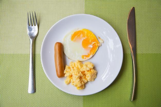 Kiełbasa z jajkiem zestaw śniadaniowy - koncepcja żywności śniadanie Darmowe Zdjęcia
